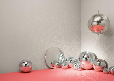 CAPAROL ICONS - NO 07 - DISCOBALL - Vielseitiges Silbergrau. Wenige Objekte wecken so viele Emotionen wie die Discokugel.
